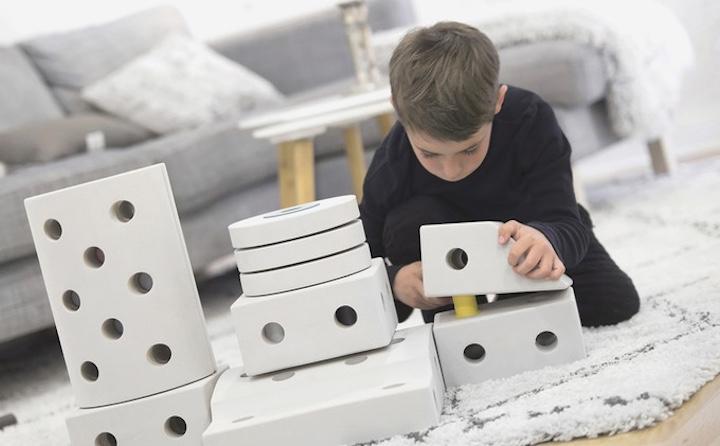 Junge spielt mit MODU