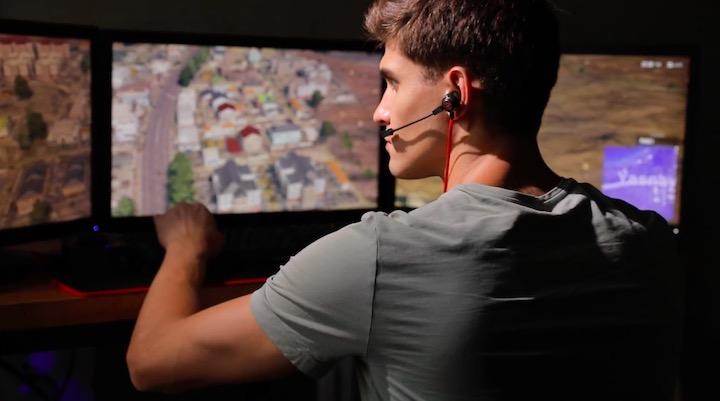 Mann trägt Quake Ohrhörer beim Spielen