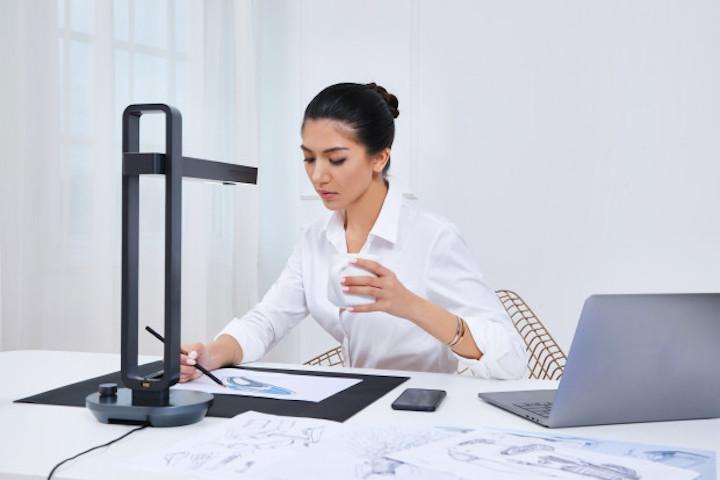CZUR Aura als Schreibtischunterlage
