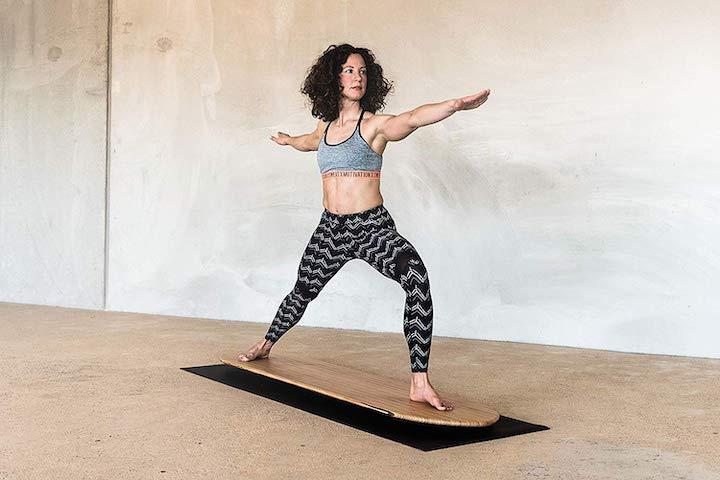 Frau auf Yogaboard