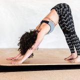 Frau beugt sich auf Yogaboard 160x160
