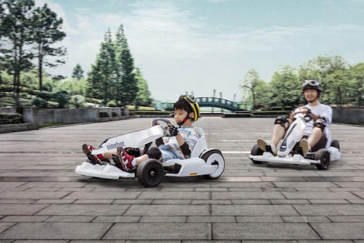 Kind fährt mit Vater auf dem Ninebot Gokart