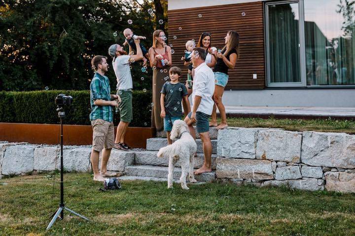 Lumapod mit Familie und Hund