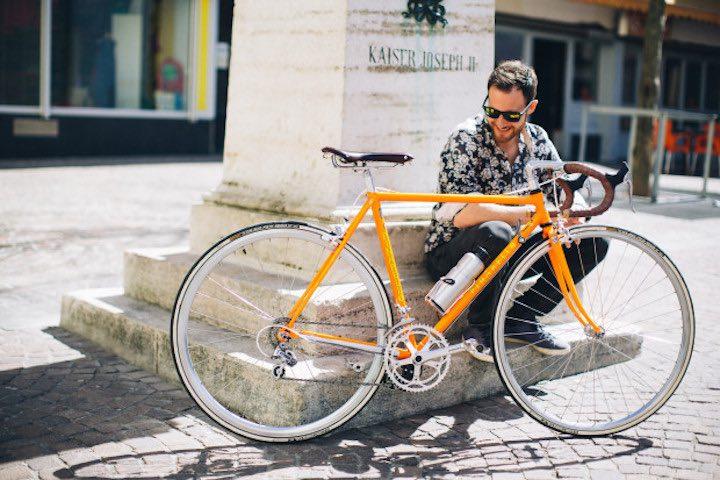 Man mit mit add e ausgestattetem Fahrrad