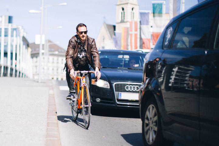 Mann auf Fahrrad mit add e