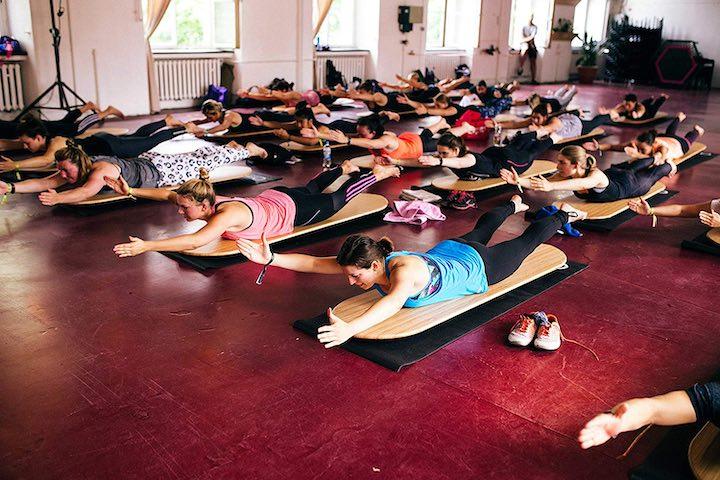 Viele Frauen auf Yogaboards