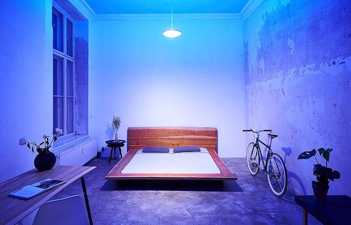 Bett Lampe blaues Licht Tisch Pflanze Fahrrad
