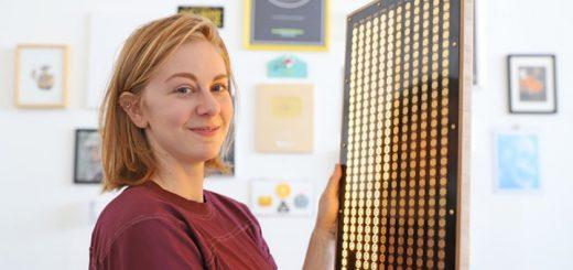 Erfinderin Simone Giertz mit Every Day Calendar 520x245