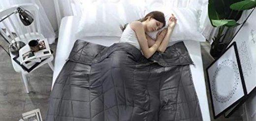 Frau liegt im Bett unter der Esee Home Gewichtsdecke 520x245
