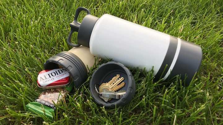 Morph Bottle mit Silikontasche im Gras