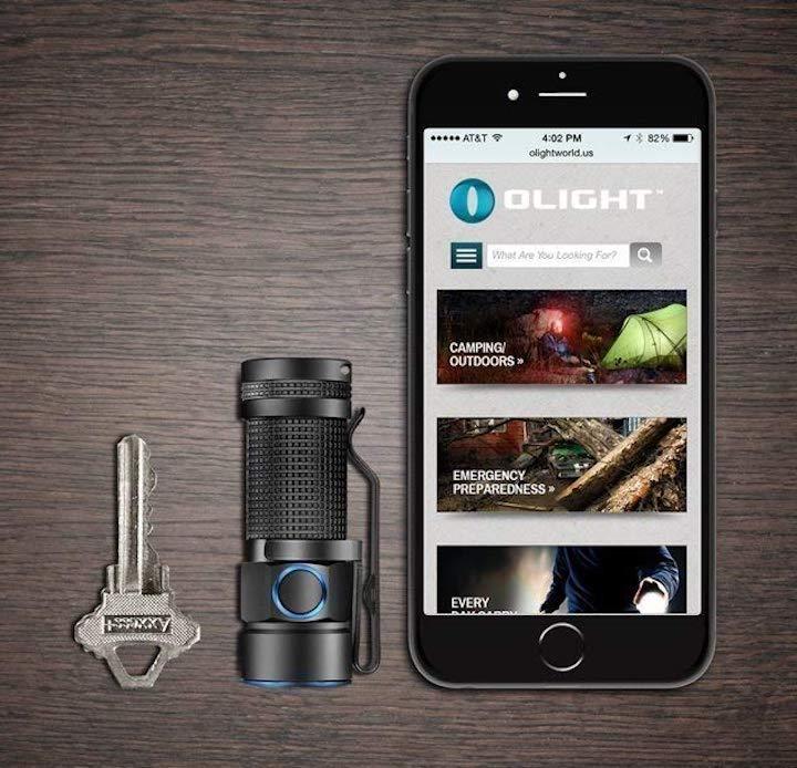 Olight S1 Baton im Größenvergleich mit Schlüssel und Smartphone