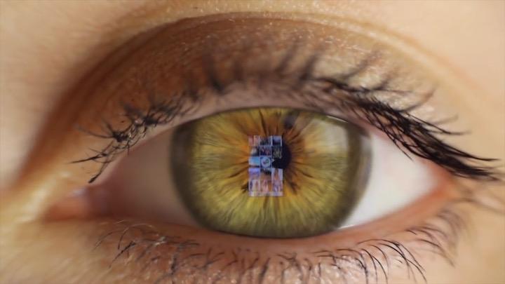 Smartphonebildschirm wird in Auge reflektiert