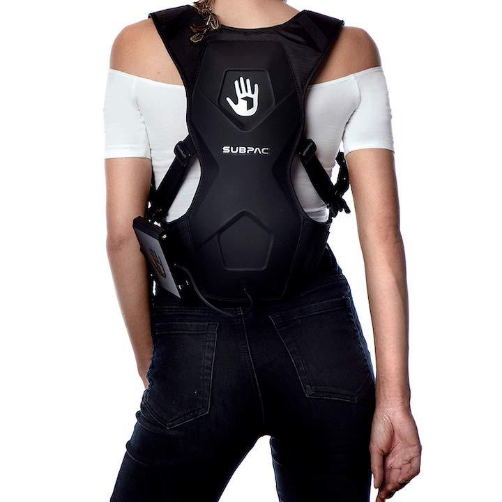 SubPac M2X auf dem Rücken einer Frau