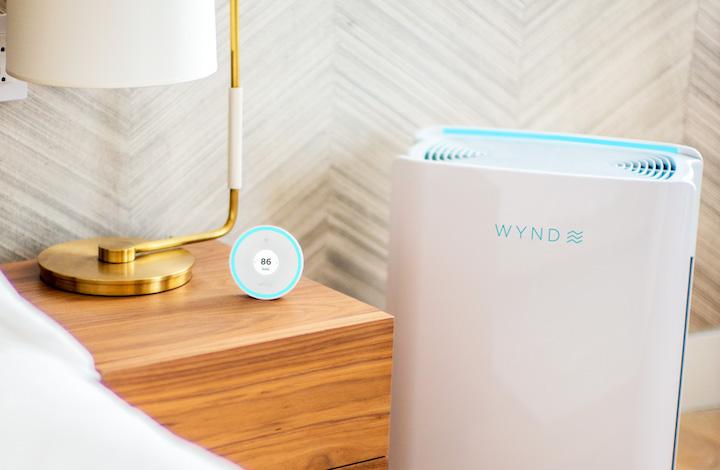 Wynd Halo und Wynd Home Purifier neben Nachttisch
