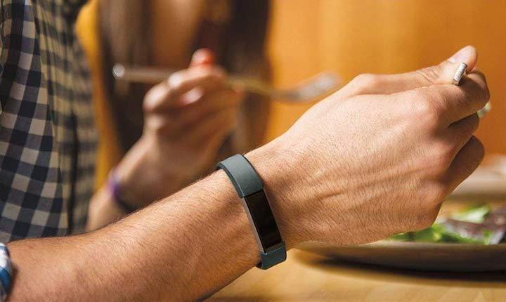 Antimi Fitness Armband beim Essen