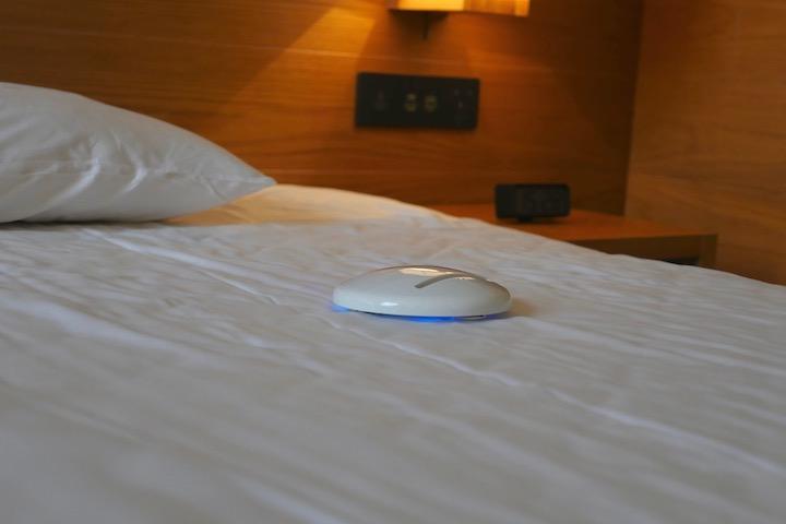 Bett wird mit Cleansebot desinfiziert