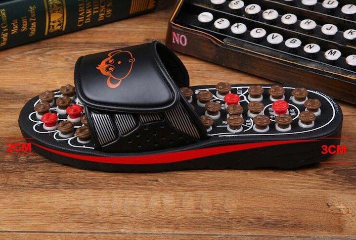 FJY Hausschuh mit Fu%C3%9Freflexzonenmassage vor Schreibmaschine