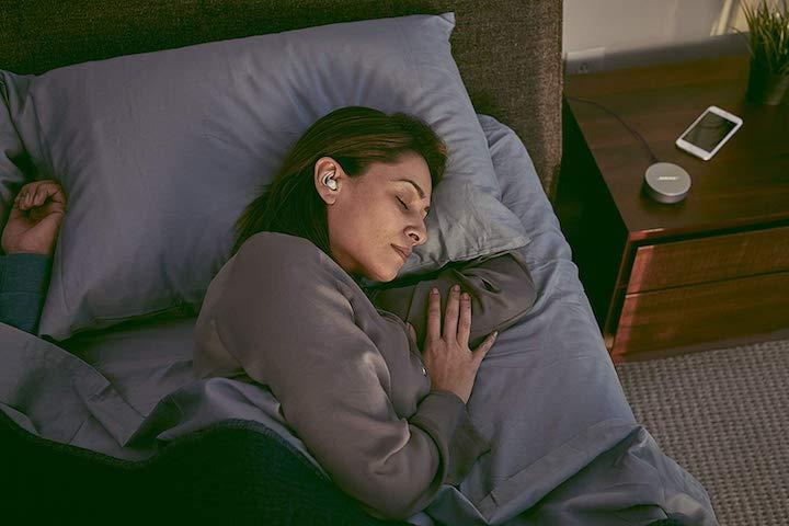 Frau schläft mit Bose Sleepbuds