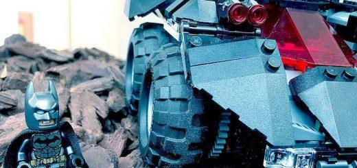 Lego Batman neben Batmobil 520x245