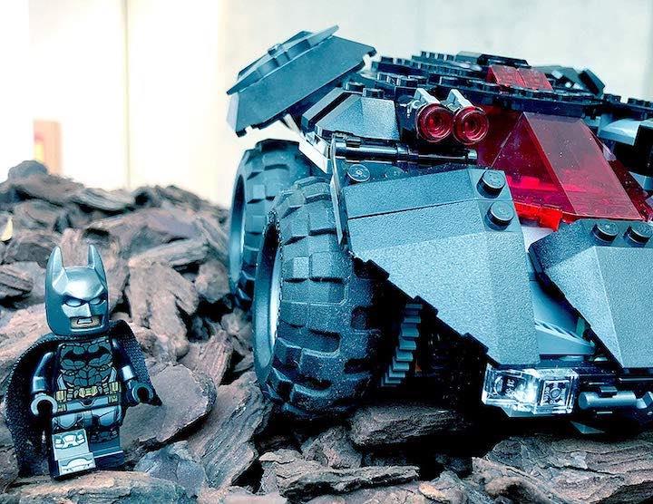 Lego Batman neben Batmobil