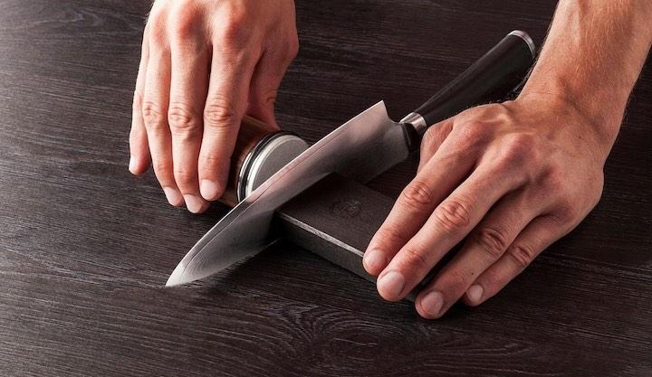 Rollschleifer schleift Küchenmesser