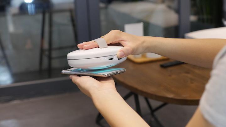 Smartphone wird mit Cleansebot desinfiziert