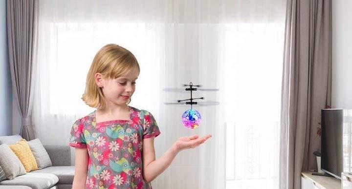 EpochAir Drohne Mädchen Wohnzimmer