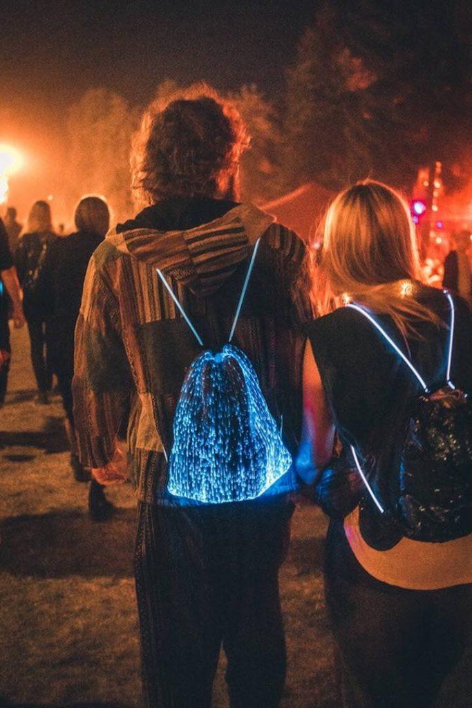 Festivalbesucher tragen Nebulite Kordelzugbeutel 683x1024