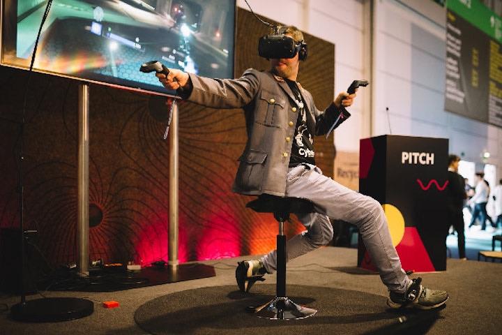Mann spielt mit Cybershoes