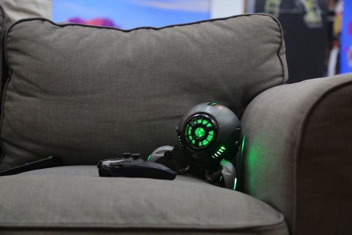GravaStar neben Controller auf Sofa