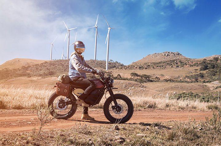 Mann Wüste FLY FREE Motorrad