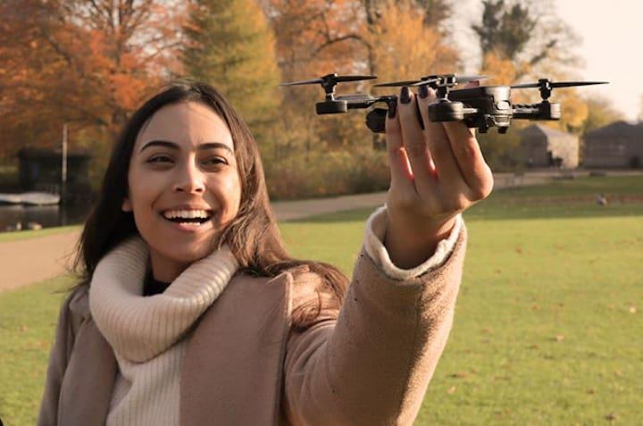 Micro Drone 4.0 startet aus der Hand