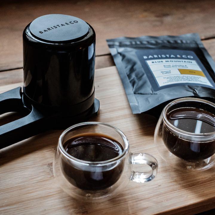 Twist Press mit zwei Tassen Kaffee