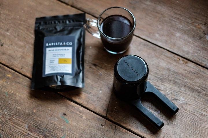 Twist Press neben Kaffeebohnen und Kaffee
