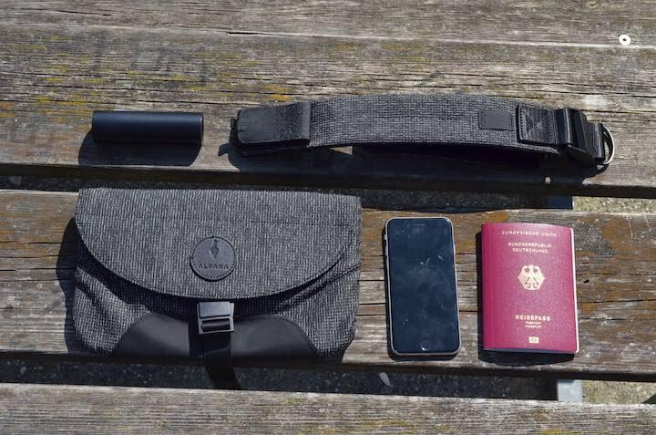 Alpaka Air Sling Pro mit Reisepass iPhone und Powerbank