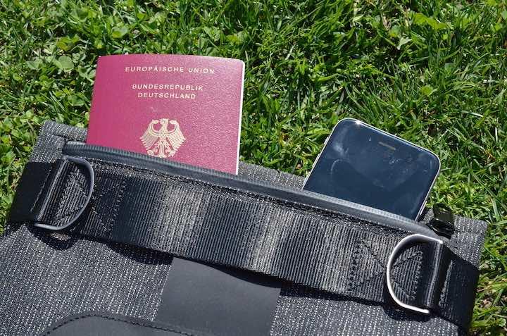 Alpaka Air Sling Pro mit Reisepass und iPhone