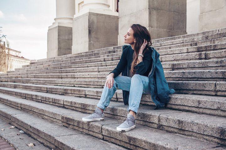 Frau mit VIA auf Treppe