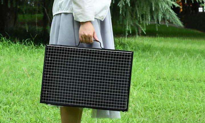 Frau trägt faltbaren Grill von GolWof e1557469106175