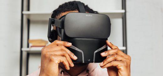 Mann trägt VR Brille mit Feelreal 520x245