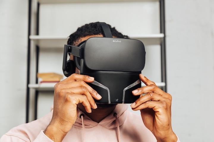 Mann trägt VR Brille mit Feelreal