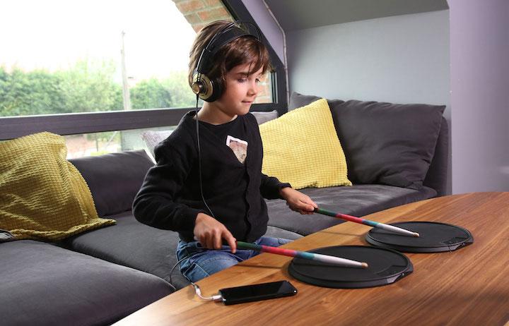 Kind spielt mit Senspad
