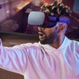 Mann spielt mit Oculus Quest 160x160