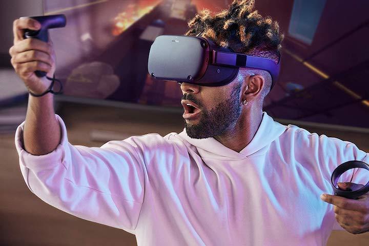 Mann spielt mit Oculus Quest