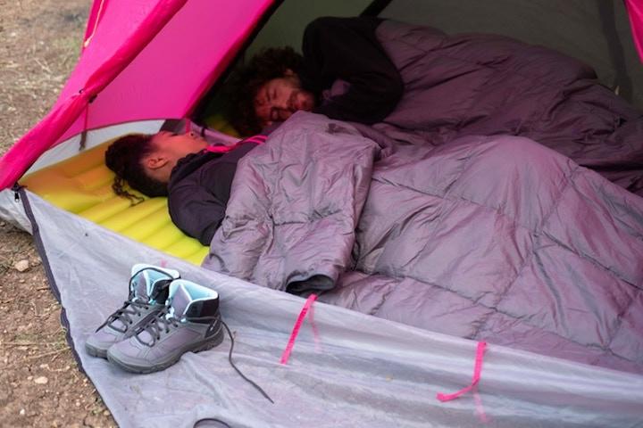 Mann und Frau schlafen in RhinoWolf 2.0