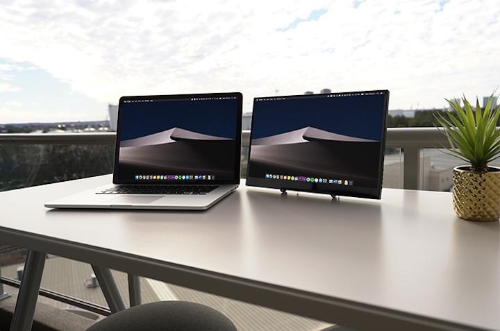 Astro 4K neben MacBook
