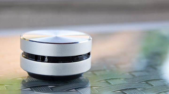 HumBird Speaker auf Glasplatte