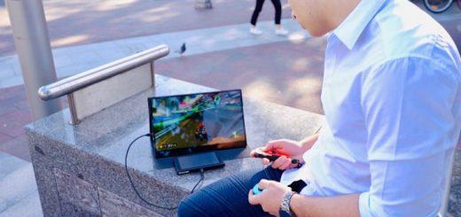 Mann spielt auf Switch mit Astro 4K 520x245