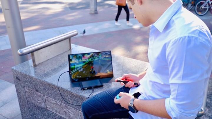 Mann spielt auf Switch mit Astro 4K