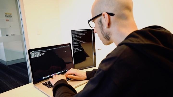 Programmierer mit Astro 4K im Hochformat