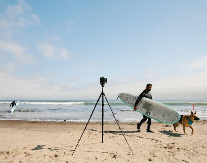 Reisestativ von Peak Design auf Strand